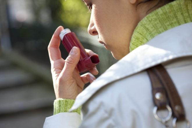 Photo d'illustration. Une femme utilise un inhalateur pour lutter contre l'asthme.