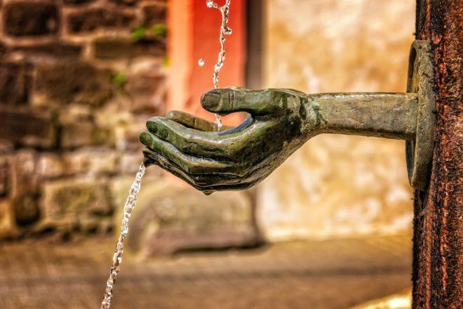 Une fontaine, de l'eau.